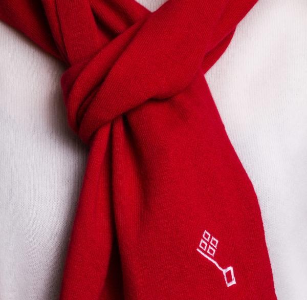 Ein roter Kaschmirschal mit weißer Bremer Schlüssel Stickerei