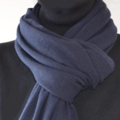 Ein dunkelblauer Kaschmirschal um den Hals getragen.